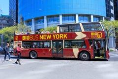 Touristes montant sur le grand autobus New York dans Midtown Manhattan, NYC photos stock