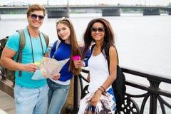 Touristes multi-ethniques d'amis Image stock