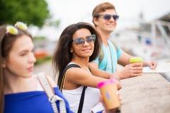 Touristes multi-ethniques d'amis dans une ville Photographie stock