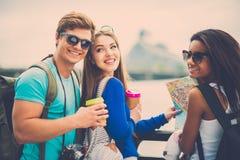 Touristes multi-ethniques d'amis dans une ville Photo stock
