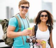 Touristes multi-ethniques de couples dans une ville Photo libre de droits