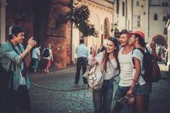 Touristes multiraciaux d'amis dans une vieille ville Image libre de droits
