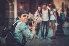 Touristes multiraciaux d'amis dans une vieille ville Image stock