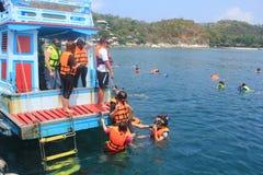 Touristes naviguant au schnorchel Photos libres de droits