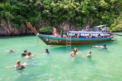 Touristes naviguant au schnorchel chez Hong Lagoon dans la province de Krabi, Thaïlande images libres de droits