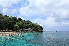 Touristes naviguants au schnorchel sur l'eau de turquoise Photo stock