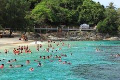 Touristes naviguants au schnorchel sur l'eau de turquoise Photos libres de droits