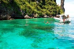 Touristes naviguants au schnorchel sur l'eau de turquoise Image stock