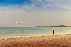 Touristes non identifiés et la belle vue de paysage marin de Naiyang Photos stock