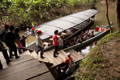 Touristes non identifiés montant à bord d'un canoë dans Photographie stock