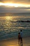 Touristes non identifiés observant un coucher du soleil de Photo stock