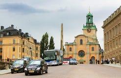 Touristes non identifiés près de Storkyrkan, Stockholm, Suède Photographie stock