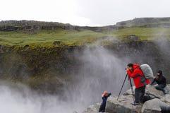 Touristes non identifiés prenant des photos chez Dettifoss en été, IC Photo libre de droits
