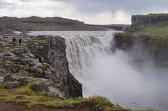 Touristes non identifiés prenant des photos chez Dettifoss en Islande Photographie stock libre de droits