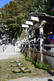 Touristes non identifiés recueillant l'eau de l'Otowa-aucune-taki cascade au temple de Kiyomizu, Kyoto Photographie stock