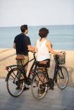 Touristes observant à la mer images stock