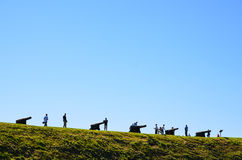 Touristes observant des canons Image stock