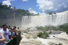 Touristes observant des chutes d'Iguassu Photos stock