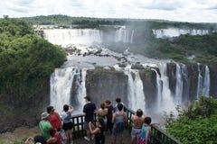 Touristes observant des chutes d'Iguassu Photo libre de droits