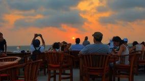 Touristes observant le coucher du soleil de la ville murée de Carthagène Image libre de droits