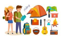 Touristes, occupés à augmenter, campant, équipement de base, équipements dans les hausses Photographie stock libre de droits