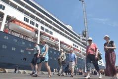 475 touristes ont obtenu outre de l'origine néerlandaise de Volendam de bateau de croisière se fondant sur le port de l'Emas de T Image libre de droits