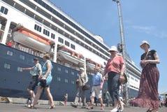 475 touristes ont obtenu outre de l'origine néerlandaise de Volendam de bateau de croisière se fondant sur le port de l'Emas de T Photo stock