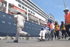 475 touristes ont obtenu outre de l'origine néerlandaise de Volendam de bateau de croisière se fondant sur le port de l'Emas de T Photographie stock libre de droits