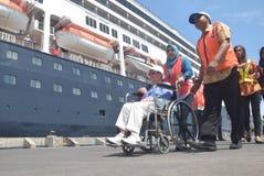 475 touristes ont obtenu outre de l'origine néerlandaise de Volendam de bateau de croisière se fondant sur le port de l'Emas de T Images stock