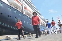 475 touristes ont obtenu outre de l'origine néerlandaise de Volendam de bateau de croisière se fondant sur le port de l'Emas de T Photographie stock