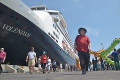 475 touristes ont obtenu outre de l'origine néerlandaise de Volendam de bateau de croisière se fondant sur le port de l'Emas de T Photo libre de droits
