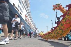 475 touristes ont obtenu outre de l'origine néerlandaise de Volendam de bateau de croisière se fondant sur le port de l'Emas de T Photos stock