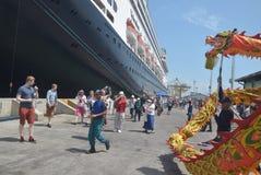 475 touristes ont obtenu outre de l'origine néerlandaise de Volendam de bateau de croisière se fondant sur le port de l'Emas de T Images libres de droits