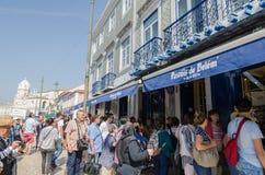 Touristes par un café à Lisbonne Photos stock