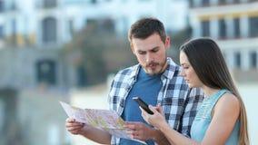 Touristes perdus trouvant la meilleure offre en ligne