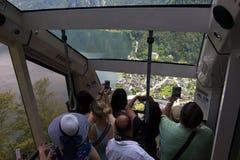 Touristes photographiant Hallstatt, Autriche photos stock