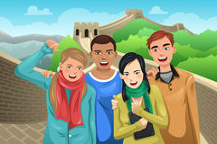 Touristes posant dans la Grande Muraille de la Chine Image libre de droits
