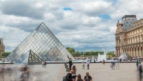 Touristes posant et faisant des photos près du timelapse de Louvre, musée français célèbre Paris, France banque de vidéos