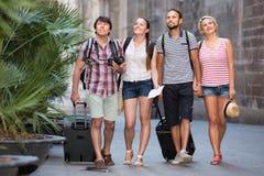 Touristes positifs à la marche de vacances d'été Photos libres de droits