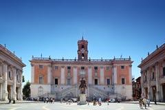 Touristes près à Palazzo Senatorio à Rome Images libres de droits