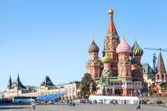 Touristes près de cathédrale de Pokrovsky sur la place rouge Image stock