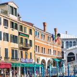 Touristes près de pont de Rialto sur Grand Canal Image libre de droits