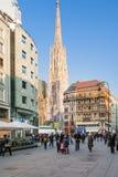 Touristes près de Stephansdom sur Stephansplatz Photo stock