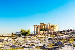 Touristes près des ruines de temple d'Erechtheum dans l'Acropole, Athènes image stock