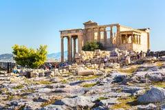 Touristes près des ruines de temple d'Erechtheum dans l'Acropole, Athènes image libre de droits