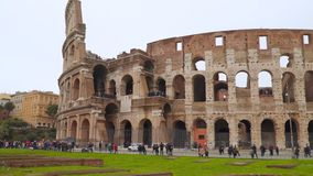 Touristes près du Colisé romain banque de vidéos