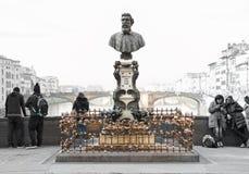 Touristes près du monument de Benvenuto Cellini, au vieux pont, Flo Photographie stock