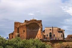 Touristes près du temple de Vénus à Rome, Italie Photographie stock libre de droits