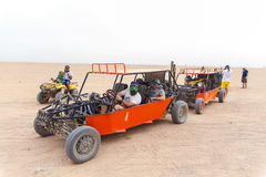 Touristes prêts à emballer dans le désert Image libre de droits