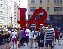 Touristes prenant des photos à la sculpture en amour à New York Photos stock